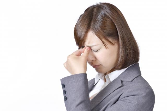紫外線で目が日焼けした女性