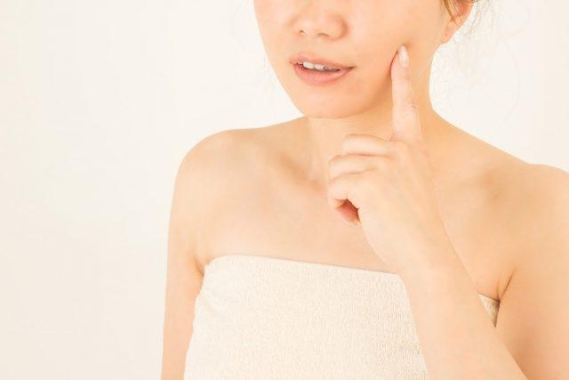 乾燥肌をサプリで改善しようとする女性
