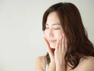 メラニンを減らす方法をする女性